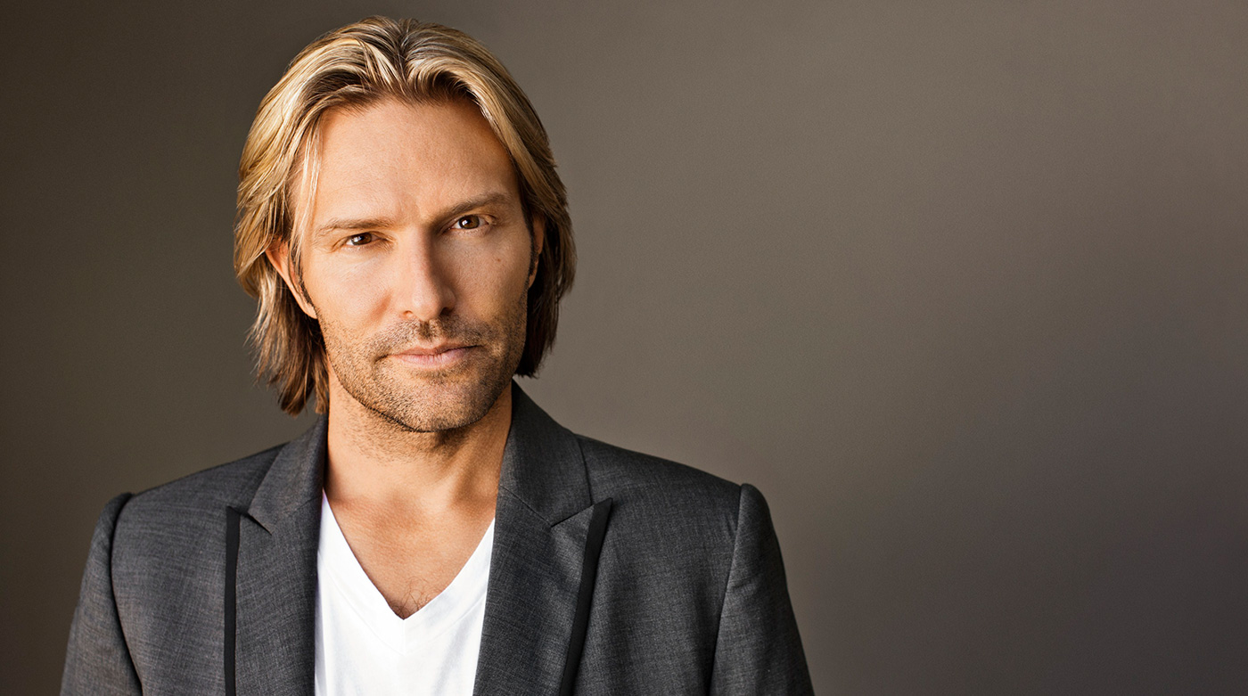 Eric Whitacre officially began his two-year tenure as the Los Angeles Master Chorale's first Artist-in-Residence his Christmas concert on December 4th at the Walt Disney Concert Hall. Photo credit: Eric Whitacre and theodysseyonline.com